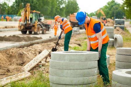 Beeld van de jonge arbeider hard gewerkt aan de aanleg van wegen