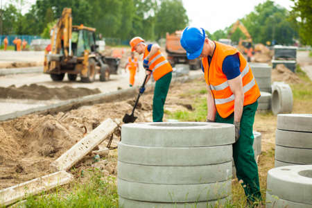 trabajando duro: Imagen de la joven obrero que trabaja duro en la construcción de carreteras