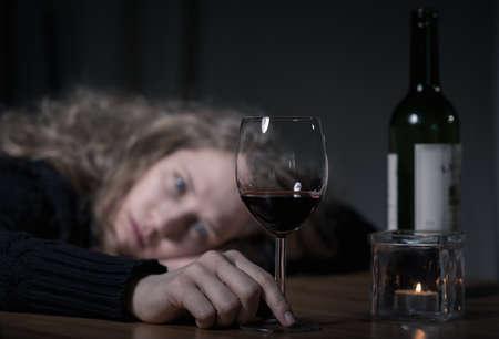 depresión: mujer deprimida adicto joven con vino tinto