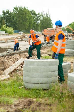 Deux travailleurs parlent sur un chantier de construction Banque d'images - 45608023