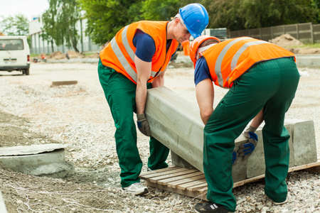 Foto van bouwvakkers deinende blok setts