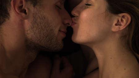 man and woman sex: Женщина нежно целуя человека на носу Фото со стока