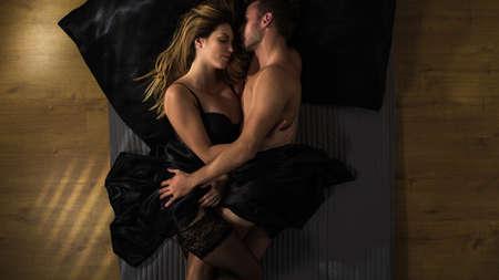 chica desnuda: Pareja apasionada es abrazar después de hacer el amor Foto de archivo