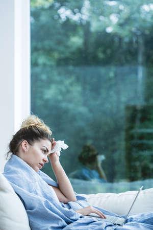 resfriado: Mujer joven que tiene un fr�o durante el tiempo de oto�o