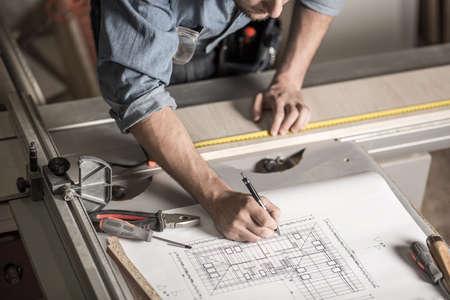 menuisier: Gros plan sur les mains d'artisan sur l'établi Banque d'images