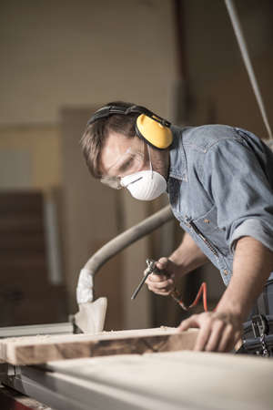 antifaz: Trabajador con una máscara de seguridad y gafas de protección