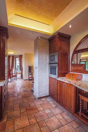 cocina vieja: Imagen de la cocina de estilo antiguo con muebles de madera maciza