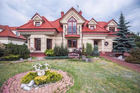 Vue extérieure de style luxueuse villa avec tuile rouge