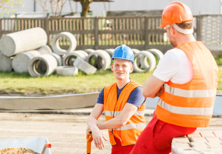 trabajadores: Trabajadores de la construcción están hablando durante su trabajo