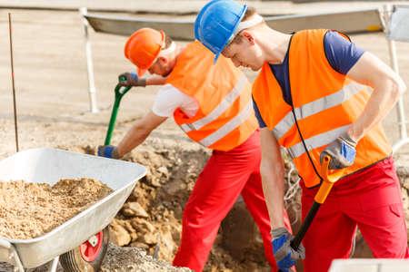 trabajando duro: Trabajadores de la construcci�n y su trabajo muy duro
