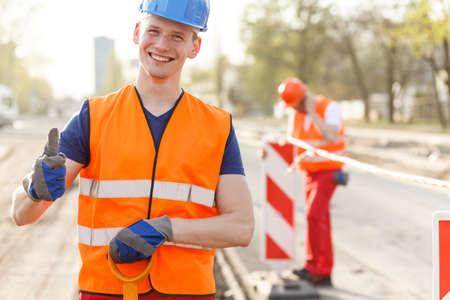 atmosfera: Trabajador de la construcción está contento por su trabajo Foto de archivo