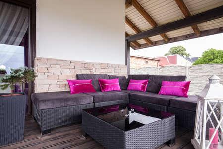 Mimbre sofá en la terraza de la casa