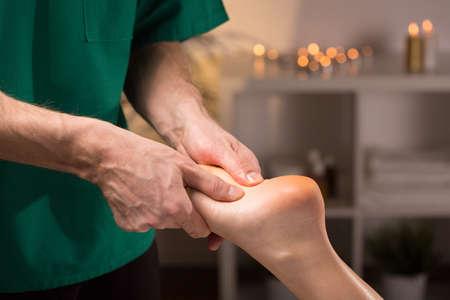 reflexologie plantaire: Close-up des mains des hommes qui font le massage des pieds Banque d'images