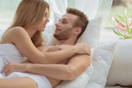 nue plage: Couple amoureux ayant des moments romantiques sur la plage Banque d'images
