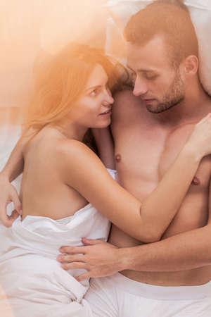 amantes en la cama: Marido y mujer en la cama, abrazando