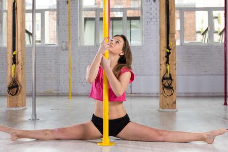 amateur: Hembra atractiva joven bailarina de barra que hace las fracturas