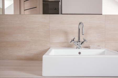 Primo piano di elegante lavabo bianco con semplice tap