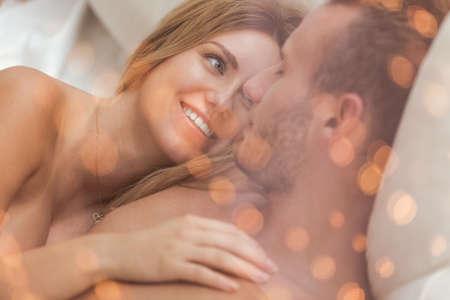 man and woman sex: Портрет охватывающей влюбчивый пара, лежа в постели Фото со стока
