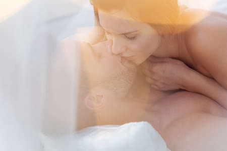 pareja en la cama: Fotografía de una pareja atractiva en los momentos íntimos