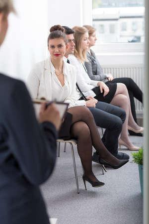 file d attente: Jeune femme attend médecin nomination