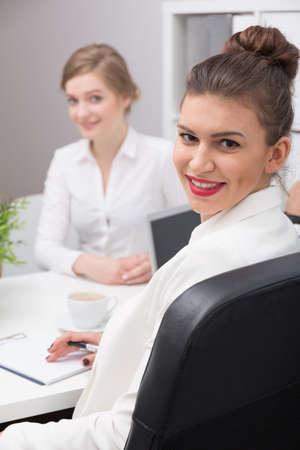 entrevista: Solicitante y el entrevistador durante la reunión de la entrevista de trabajo