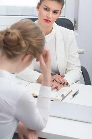 patron: Mujer jefe exigente y la conversaci�n disciplinaria con los empleados