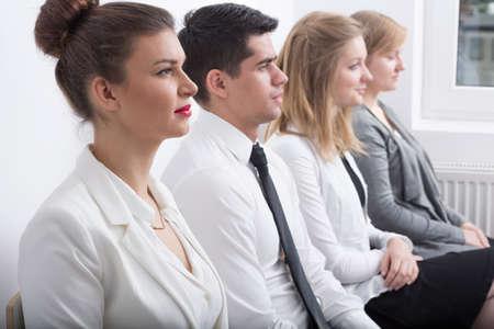 competencias laborales: Personas estresadas están esperando la entrevista de trabajo