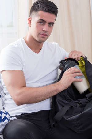 sportsman: Imagen de la deportista guapo con batido de proteínas