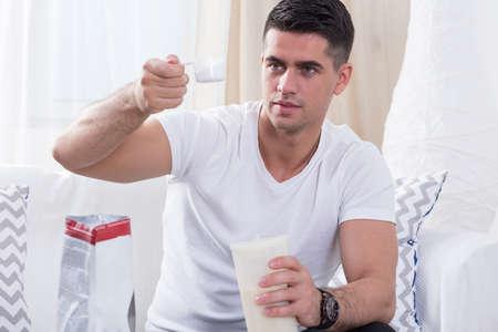 uomini belli: bodybuilder bello preparare frullato di proteine ??prima dell'allenamento