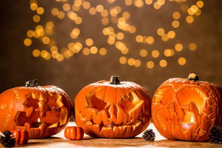 calabazas de halloween: Tres linternas de calabaza de Halloween en la tabla Foto de archivo