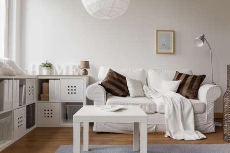 Foto del nuovo design mobili bianchi nel soggiorno Archivio Fotografico - 45951109