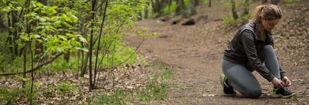 gente corriendo: Panorama de la mujer deportiva que se prepara para correr al aire libre Foto de archivo