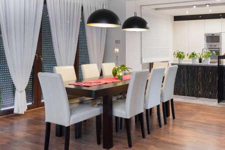decoracion mesas: Imagen de la moderna zona de comedor de diseño con cocina abierta Foto de archivo