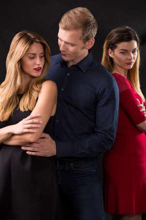 triangulo: Hombre traicionar a su esposa con la mujer sexy Foto de archivo