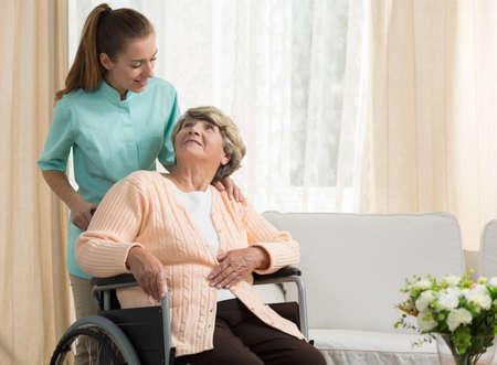 enfermera con paciente: Enfermera discutir con el paciente anciano en la atención domiciliaria