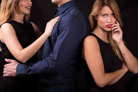 Betrayal concept - man het kiezen van andere blonde vrouw