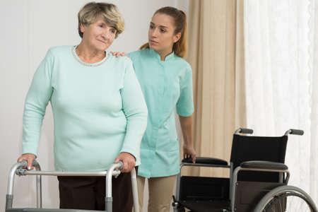 fisioterapia: Fisioterapia en casa - mujer mayor uso de andador