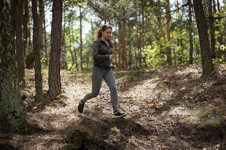 hacer footing: Imagen de la mujer trotar mejorar su silueta corporal Foto de archivo