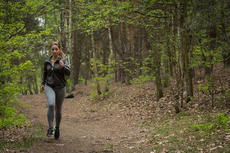 Photo de fille sportive améliorer sa condition physique