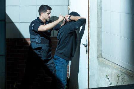 officier de police: L'officier de police est très professionnel et courageux dans son travail Banque d'images
