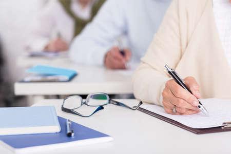 Close up von Seniorstudierenden während der schriftlichen Prüfung Standard-Bild - 46100242