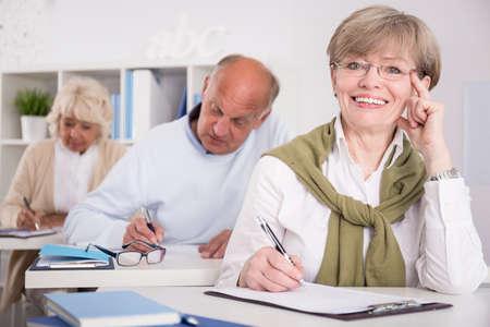 hombre escribiendo: Cuadro de la mujer en su tercera edad examen de escritura