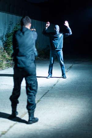 policier: L'officier de police est orientée vers le criminel