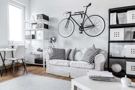 モダンな黒と白の 1 部屋のアパート 写真素材