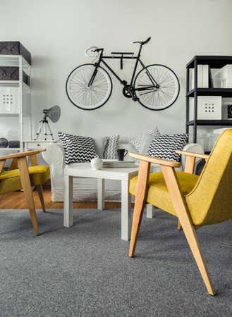 Bike accroché au mur dans le salon Banque d'images - 46200573
