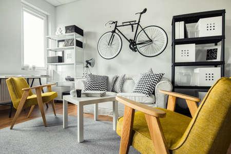 amarillo y negro: Espacio moderno - sillones de color amarillo en la sala de estar en blanco y negro