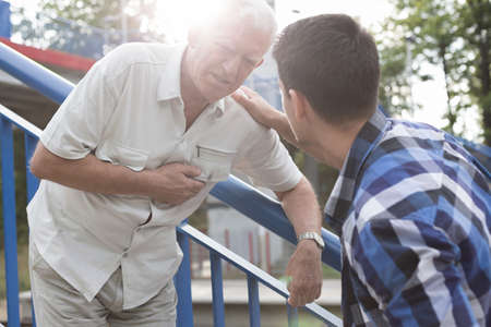 Senior man met een hartaanval nodig eerste hulp