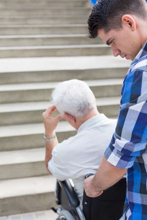 escalera: hombre discapacitado en silla de ruedas y escaleras