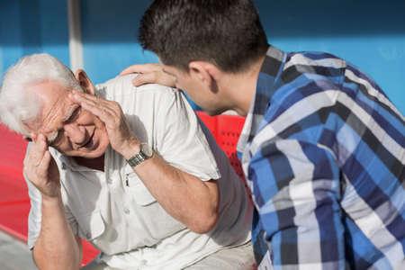 Afbeelding van senior man die lijden aan duizeligheid