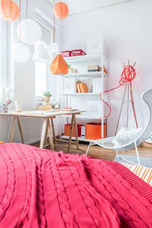 chicas adolescentes: manta roja en la cama en el dormitorio adolescente Foto de archivo